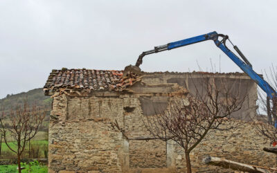 Demolition of a 200-year timber building in Spain